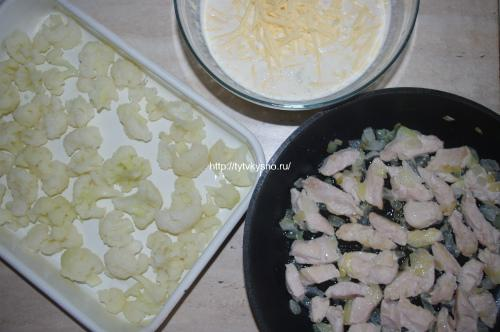 пошаговый рецепт: смешиваем сливки, яйца, сыр и чеснок для рецепта: Запеканка из цветной капусты с курицей от ТутВкусно.ру