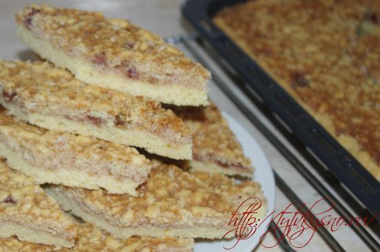 для рецепта пирог из тертого теста с вареньем  Готовый пирог разрезается на ромбики. Подается пирог к чаю и конечно же, этот пирог из тертого песочного теста будет вкусен с молоком.