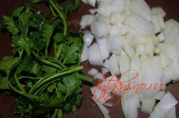 Фасоль жаренная с яйцами: пока варится фасоль крошим лук и зелень