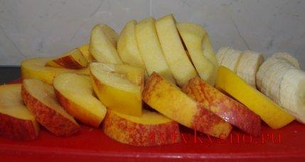 для рецепта: фрукты в кляре: Яблоки очищаю, вынимаю сердцевину. Нарезаю фрукты толщиной