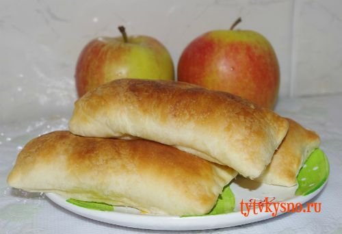 Слоеные пирожки с яблоками и корицей.