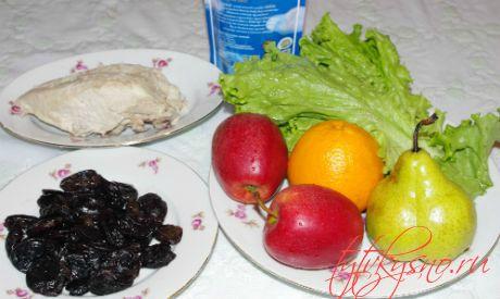 Ингредиенты : Салат из курицы с черносливом и фруктами.