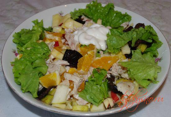 как приготовить : Салат из курицы с черносливом и фруктами.