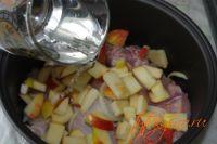 Наливаем стакан воды. Курица с яблоками в мультиварке.