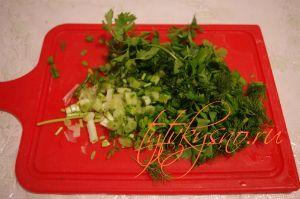 для рецепта: Куриные оладьи с сыром на кефире : Крошим лук, петрушку, укроп.