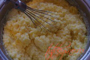 """Торт """"Птичье молоко"""" с манкой  Добавляем тертый лимон в крем и продолжаем взбивать"""