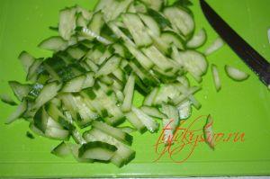 для рецепта салат для мужчин Огурцы режем мелкой соломкой.