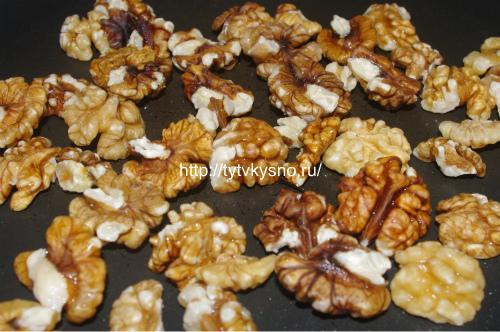 Обжариваем орехи для салата Тбилиси