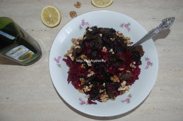 смешиваем ингредиенты постного салата из свеклы с черносливом