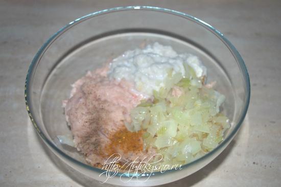 для рецепта: котлеты пожарские фото рецепт: Добавляем в фарш батон(не отжимая), жаренный лук, соль, перец