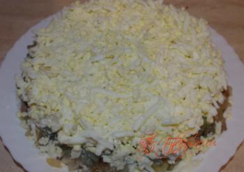 слоеный салат с куриной печенью Пятый слой: яйца на мелкой терке (можно оставить немного для украшения). Этот слой также необходимо промазать майонезом.