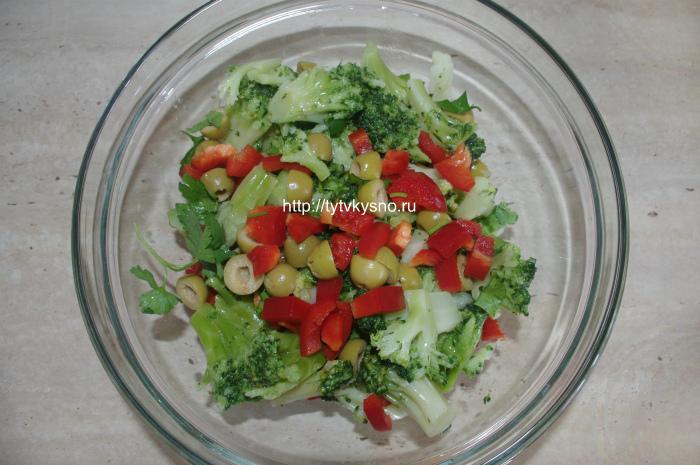 Соединяем ингредиенты: салат из капусты брокколи с оливками и болгарским перцем