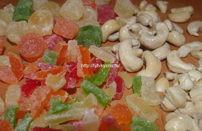 Рецепт заварной пасхи из творога: Подготавливаем цукаты и орехи