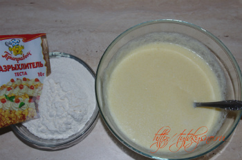 для рецепта Овсяное печенье с изюмом и шоколадом просеиваем муку с разрыхлителем в тесто