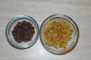 для рецепта Овсяное печенье с изюмом и шоколадом подготавливаем наполнитель