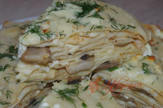 фото кусочек блинчатого пирога с грибами