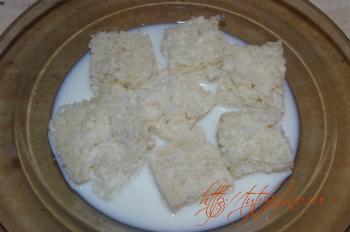 котлеты птичье молоко: Замачиваем белый батон (предварительно срезав с батона корочку) в теплом молоке.
