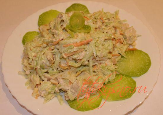 Салат из зеленой редьки , рецепт из курицы и яичных блинчиков