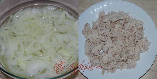 """для салата """"фирменный"""" лук ошпариваем, куриное мясо крошим"""