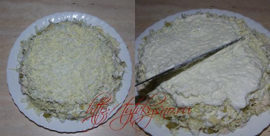"""салат """"фирменный"""":  Последний слой яйца. Не забываем каждый слой промазывать майонезом, майонез я разравниваю ножом, смешивая его при этом со слоем ингредиента."""