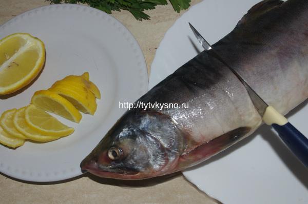 пошаговый рецепт: ф2: 2. Острым ножом, лучше если это специальный нож для разделки рыбы, делаем небольшие разрезы-кармашки, в которые потом будут помещены дольки лимона.