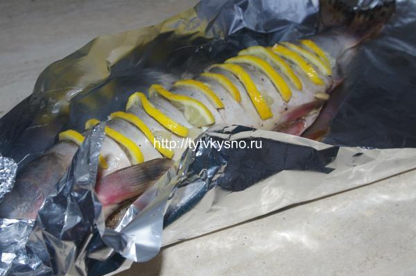 ф5 Заворачиваем подготовленную рыбу в фольгу