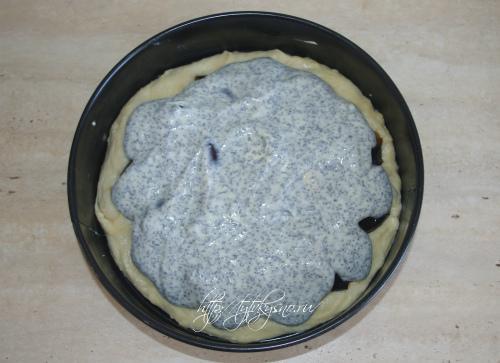 распределяем заливку по пирогу  рецепт: Сливовый пирог со сметано-маковой заливкой