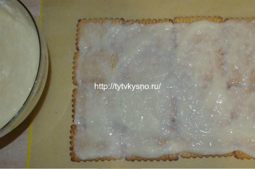 смазываем слой печенья сметано-кокосовый кремом
