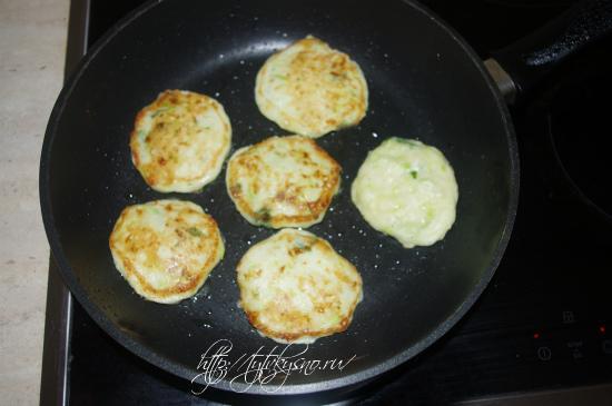 жарим оладьи из кабачков с сыром и чесноком