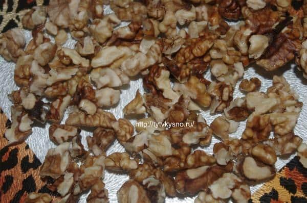 8.Подготавливаем наполнитель-грецкие орехи.  Для более яркого вкуса, орехи можно немного поджарить на сухой сковороде.