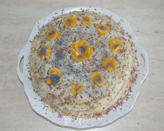 Украшаем блинный торт-пирог по желанию. Я для украшения использовала мандарины и мак.  Чтобы блинный торт хорошо пропитался, его следует убрать в холодильник на 6-8 часов.