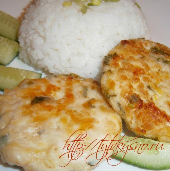 Подавать куриные котлеты с тыквой можно с гарниром из риса или картофеля