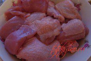 Хорошо промываем курицу, убираем лишний жир и режем на крупные кусочки. для рецепта: Курица с черносливом и орехами в мультиварке. Рецепт с фото.