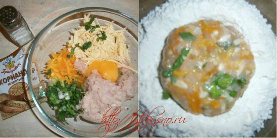 Смешиваем в глубокой чаше куриный фарш, тыкву, сыр, зелень, лук, разбиваем одно яйцо, добавляем сухой кориандр, солим и перемешиваем.