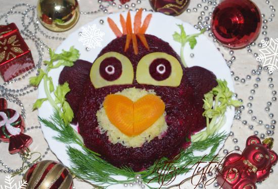 салат рыба под шубой или селедка под шубой праздничное новогоднее оформление