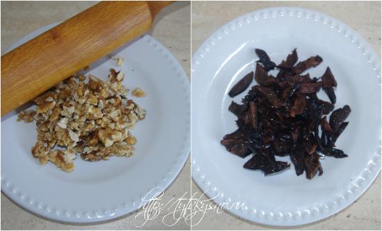 измельчаем для салата из курицы с тыквой и черносливом орехи и чернослив