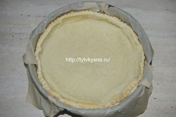 7. По истечении этого времени достаем форму с нашей основой для пирога, убираем бумагу с горохом и в случае, если тесто еще не достаточно пропеклось, ставим в духовку еще раз минут на 10.