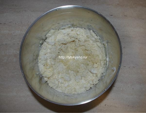 3. Готовим песочную основу пирога. Для этого растираем в крошку муку с охлажденным сливочным маслом.