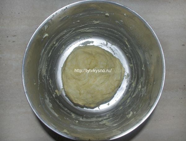 4. Добавляем холодную воду и собираем тесто в комок. Делаем это быстро, что бы не растаяло масло. Закрываем тесто пленкой и убираем в холодильник минут на 30-40.