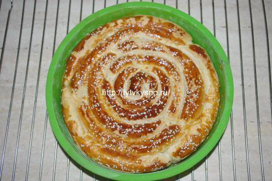 фото красивого пирога из слоеного теста Улитка с сыром и зеленью