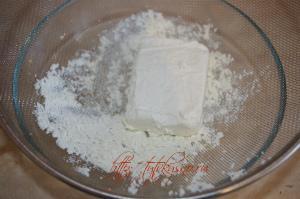 Творог протираем через сито или взбиваем в миксере  для рецепта печенья из творога