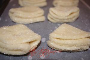 Укладываем творожное печенье на застеленный пекарской бумагой противень
