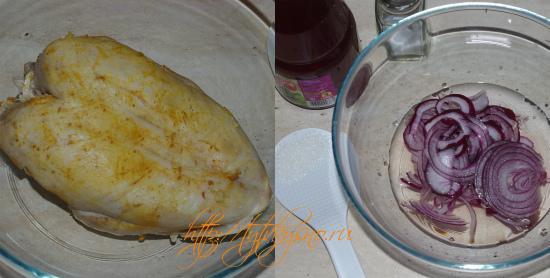 для салата запекаем куриное филе, маринуем лук