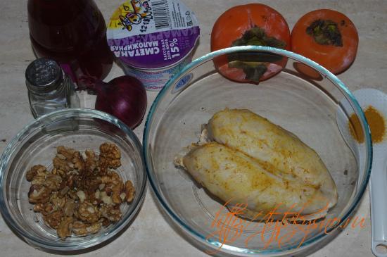 ингредиенты салата с хурмой, курицей и орехами