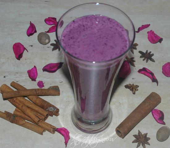 вкусный и полезный, витаминный рецепт смузи с проросшими зернами пшеницы, черникой и бананом
