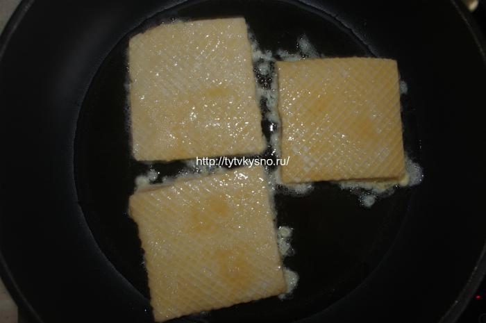 Жарим вафли с фаршем на масле