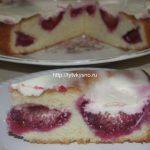 Быстрый пирог со сливами и сметанной заливкой