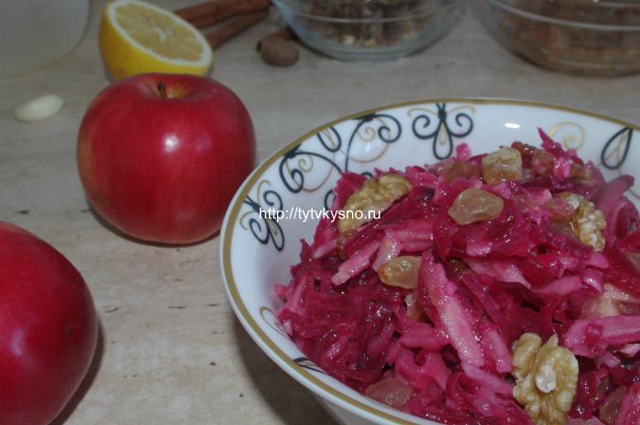 простой постный салат из свеклы с яблоками и изюмом