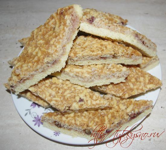 фото вкусного тертого пирога с вареньем