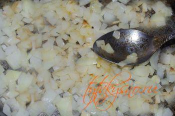 для рецепта Фасоль жаренная с яйцами Жарим лук до золотистого цвета